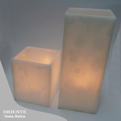 fanal blanco de 10x10 y fanal blanco de 10 x 10 x 24 cm con vela encendida dentro