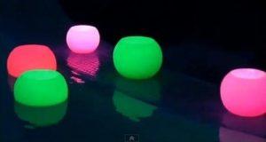 fanales esperas color fucsia y verde manzana flotande en una pileta