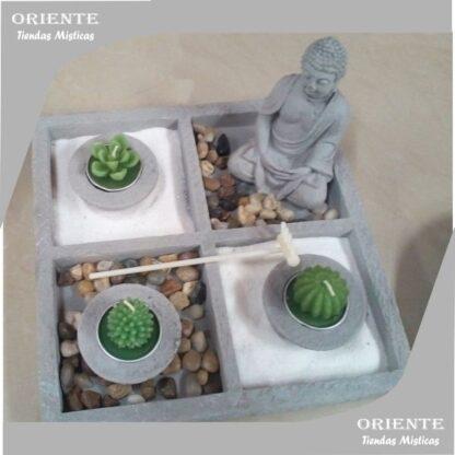 jardin zen cuadrado con buda segmentado en 4 cuadrados con 3 velas un buda piedras naturales marrones y cada vela tiene su cuenco de cemento