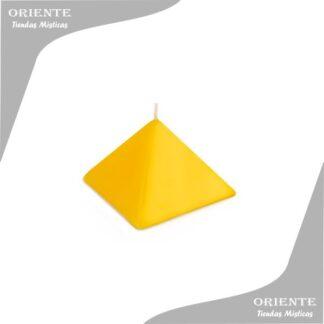 vela de forma pirámide color amarilla con fondo de foto blanco