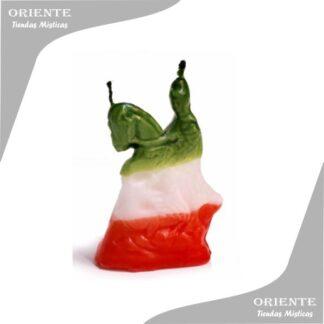 vela de forma san jorge esta tenida verde arriba blanco en medio rojo en base