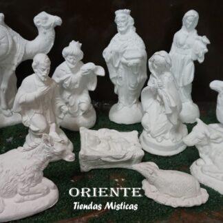 Pesebre de yeso completo de 14 piezas donde ese encuentran maria y jose el niño reyes magos pastores vaca y burro dos camellos y dos ovejas