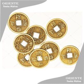 monedas chinas con cuadrado en el medio de cada 8 moneda el fondo de la foto es blanco