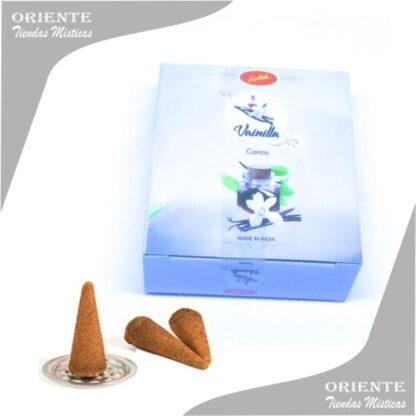 cono de vanilla en caja color celeste pastel con la flor de vainlla en el medio y 3 conitos