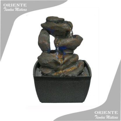fuente de agua simulando cnascada con piedras base de plastico negro
