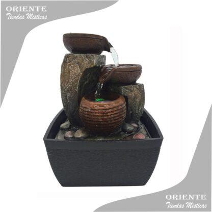 Fuente de agua con cuencos de color marrones y la base negra tambien llamadas fuentes feng shuy