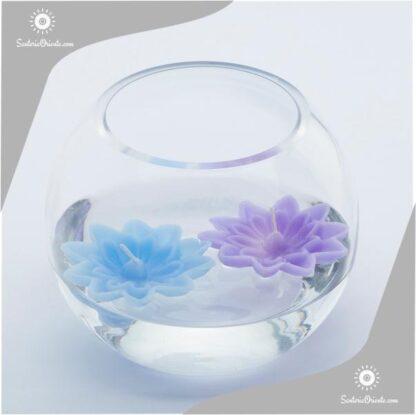 vela floantante irupe dentro de un bol de vidrio en color celeste lila blanco