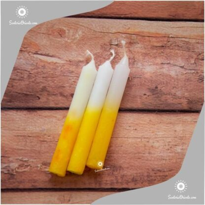 vela san cayetano corta amarilla y blanco con fondo de color madera