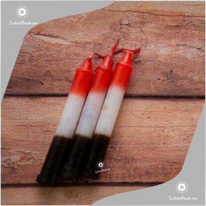 vela corta de san cipriano rojo blanco y negro con fondo de color madera