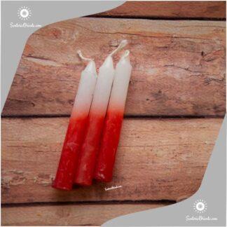velas cortas de san marcos de leon color rojo y blanco arriba con fondo de color madera