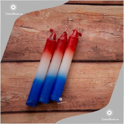 velas cortas virgen desatanudos color azul blanco y rojo sobre fondo de madera