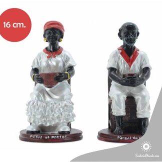 imagen de pretos vestidos de balnco con pañueños rojos los dos estan sentados