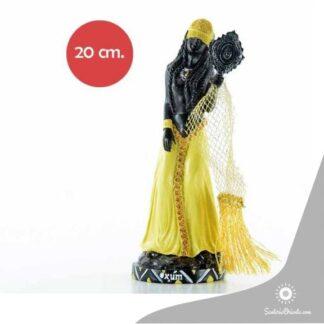 imagen de oxum pintada de marron y su vestido de amarillo con velo de tela y flecos amarillos con espejo en la mano