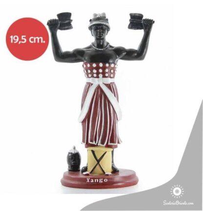 Imagen de Xango en resina poliester con las manos levantadas y que cada mano tiene un hacha en los pies se encuentra las ferramentas de yango