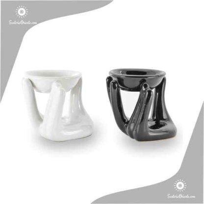 Horno de ceramica con mano sosteniendo un cuenco