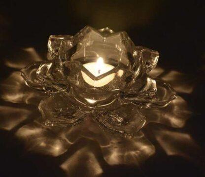 portavela flor de loto en vidrio encendida